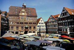 The weekly market in front of the town hall Image: Copyright: Verkehrsverein Tübingen